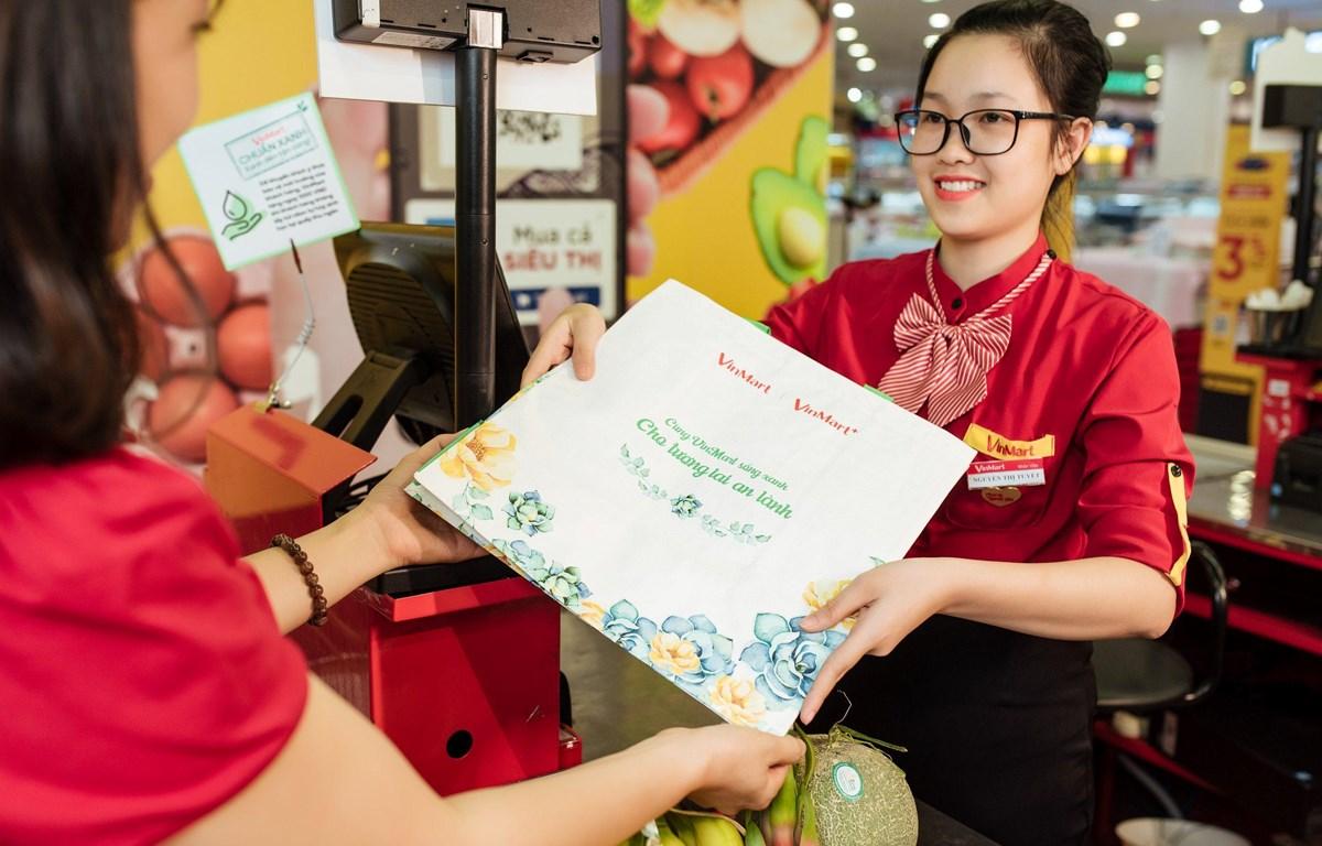 """Hơn 10.000 chiếc túi sử dụng nhiều lần của VinMart đã được tặng cho những """"khách hàng xanh"""" đầu tiên đồng hành cùng chương trình. (Ảnh: CTV)"""