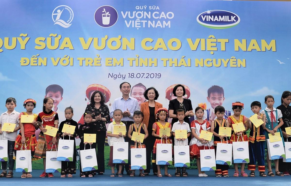 Trong suốt chặng đường 12 năm, Quỹ sữa Vươn Cao Việt Nam và Vinamilk đã trao tặng hơn 35 triệu ly sữa cho trẻ em khó khăn trên khắp Việt Nam. (Ảnh: CTV)
