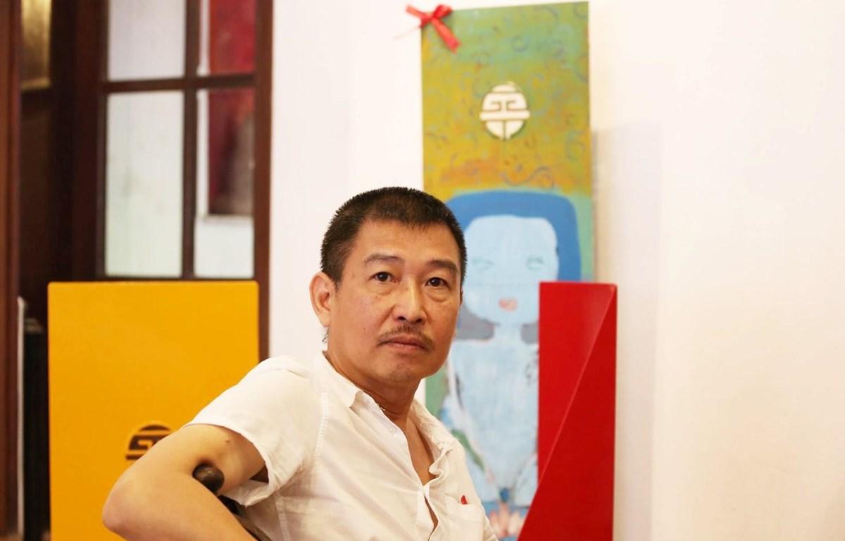 """Họa sỹ Lê Thiết Cương trong """"Chuyện ghế"""" tại Hà Nội. (Ảnh: Trần Thắng)"""