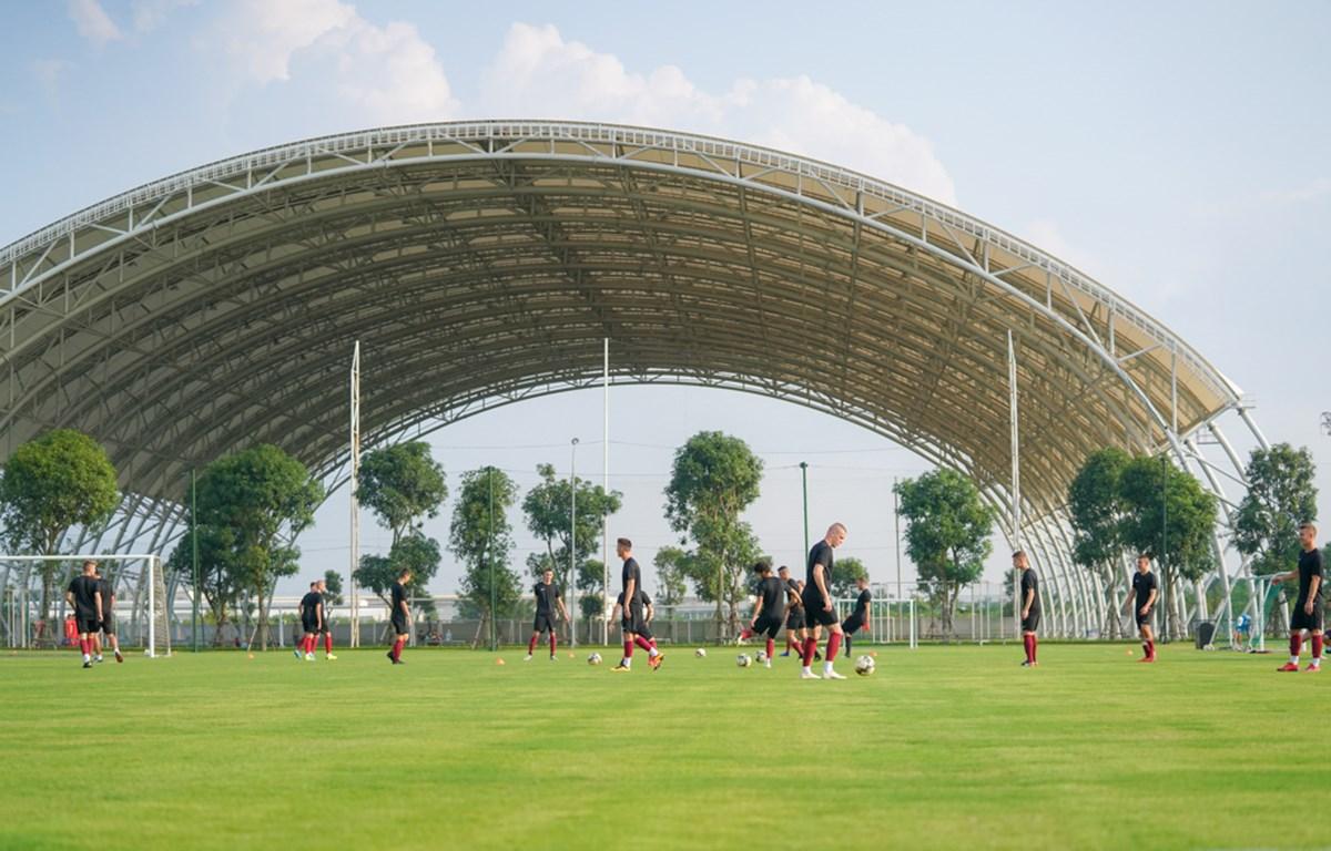 Các tuyển thủ U19 FK Sarajevo đã có buổi tập đầu tiên tại PVF. (Ảnh: CTV)