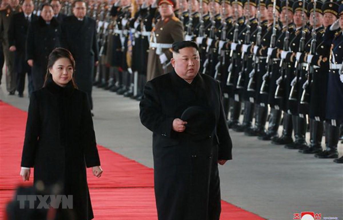 Nhà lãnh đạo Triều Tiên Kim Jong-un (phải) lên đường tới Trung Quốc ngày 8/1/2019. (Ảnh: Yonhap/TTXVN)