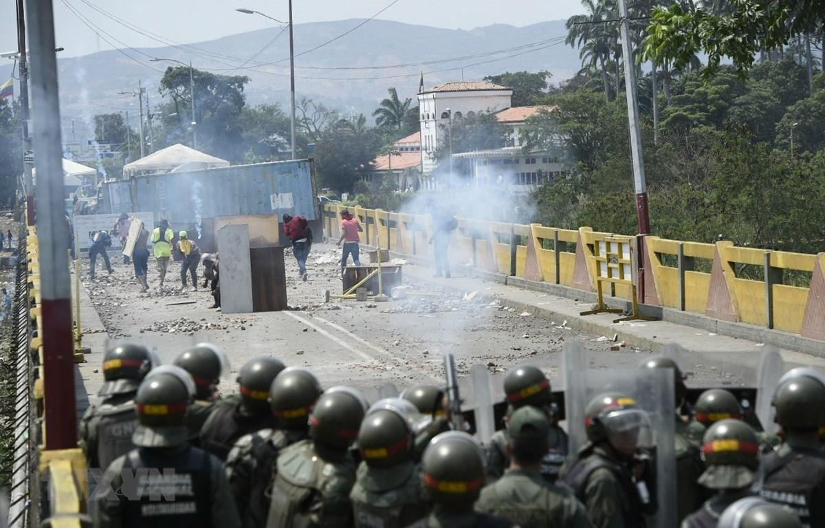 Người biểu tình ủng hộ phe đối lập xung đột với Lực lượng biên phòng Venezuela tại cây cầu quốc tế ở thành phố San Antonio del Tachira, giáp giới Colombia ngày 24/2/2019. (Ảnh: AFP/TTXVN)