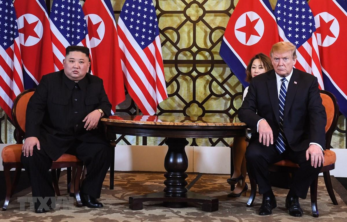 Tổng thống Mỹ Donald Trump (phải) và Chủ tịch Triều Tiên Kim Jong-un trong cuộc gặp tại ngày làm việc thứ hai của Hội nghị thượng đỉnh Mỹ-Triều lần hai ở Hà Nội, ngày 28/2/2019. (Ảnh: AFP/TTXVN)