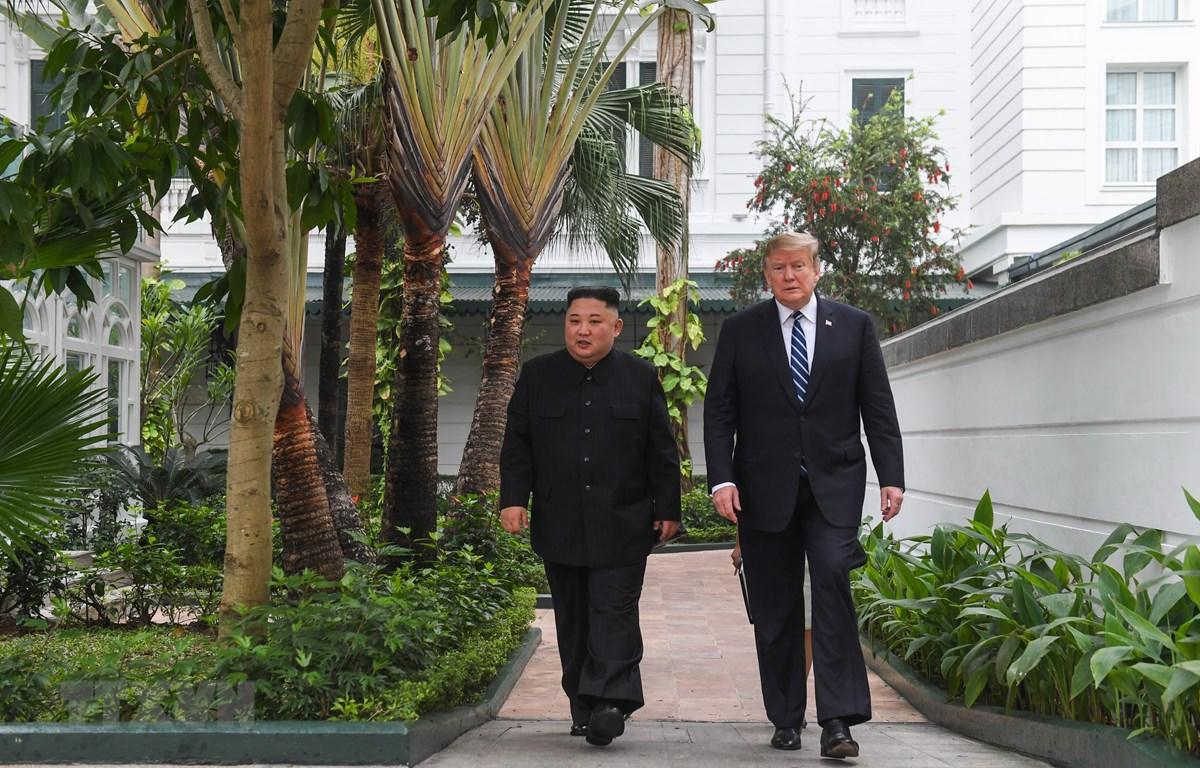 Tổng thống Mỹ Donald Trump (phải) và Chủ tịch Triều Tiên Kim Jong-un tới phòng họp để bắt đầu cuộc gặp mở rộng với quan chức hai nước tại Hà Nội ngày 28/2/2019. (Ảnh: AFP/ TTXVN)