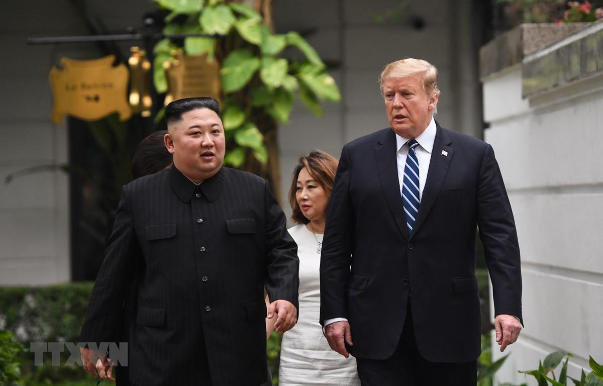 Tổng thống Mỹ Donald Trump (phải) và Chủ tịch Triều Tiên Kim Jong-un tới phòng họp để bắt đầu cuộc gặp mở rộng với quan chức hai nước tại Hà Nội ngày 28/2/2019. (Ảnh: AFP/TTXVN)