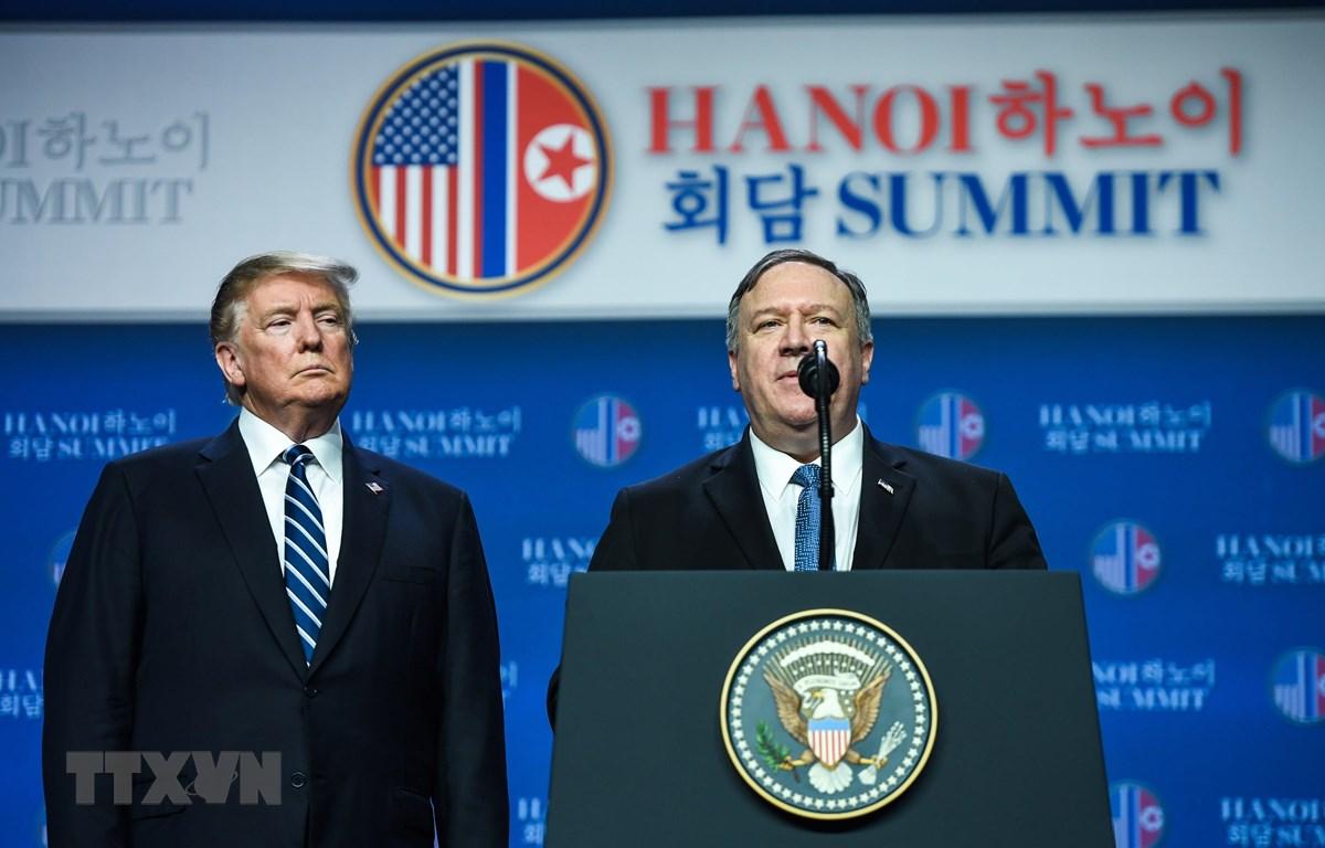 Ngoại trưởng Mỹ Mike Pompeo (phải) và Tổng thống Mỹ Donald Trump trong cuộc họp báo sau Hội nghị thượng đỉnh Mỹ - Triều lần hai ở Hà Nội ngày 28/2/2019. (Ảnh: AFP/TTXVN)