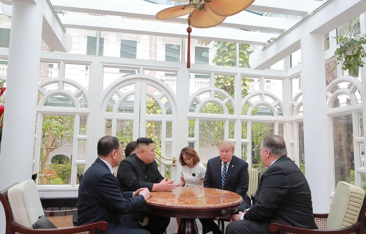 Tổng thống Mỹ Donald Trump (thứ 2, phải) và Chủ tịch Triều Tiên Kim Jong-un (thứ 2, trái) tại hội nghị thượng đỉnh Mỹ-Triều lần thứ hai ở Hà Nội ngày 28/2/2019. (Ảnh: AFP/TTXVN)