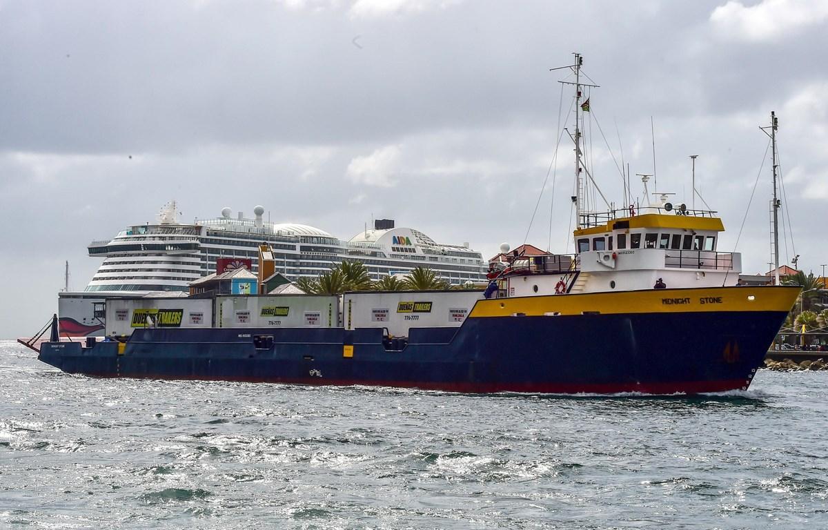 Tàu Midnight Stone từ Puerto Rico chở hàng viện trợ cho Venezuela cập cảng Willemstad, Curaçao, đảo Antilles thuộc Hà Lan ngày 24/2/2019. (Ảnh: AFP/TTXVN)