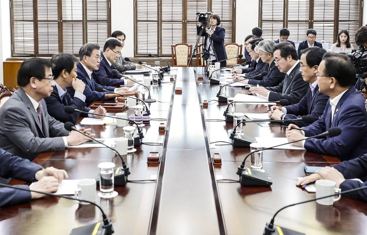 Tổng thống Hàn Quốc Moon Jae-in (thứ 4, trái) chủ trì cuộc họp Hội đồng An ninh quốc gia tại Seoul ngày 14/6/2018. (Ảnh: Yonhap/TTXVN)