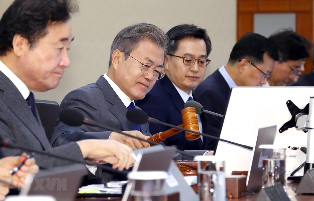 Tổng thống Hàn Quốc Moon Jae-in (thứ 2, trái) trong một cuộc họp nội các ở thủ đô Seoul. (Ảnh: Yonhap/TTXVN)