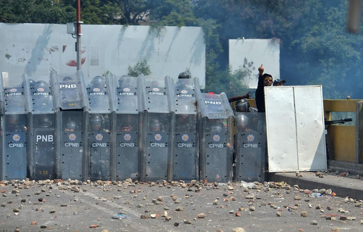 Lực lượng an ninh Venezuela gác tại khu vực cửa khẩu quốc tế Simon Bolivar ngày 23/2. (Ảnh: AFP/TTXVN)