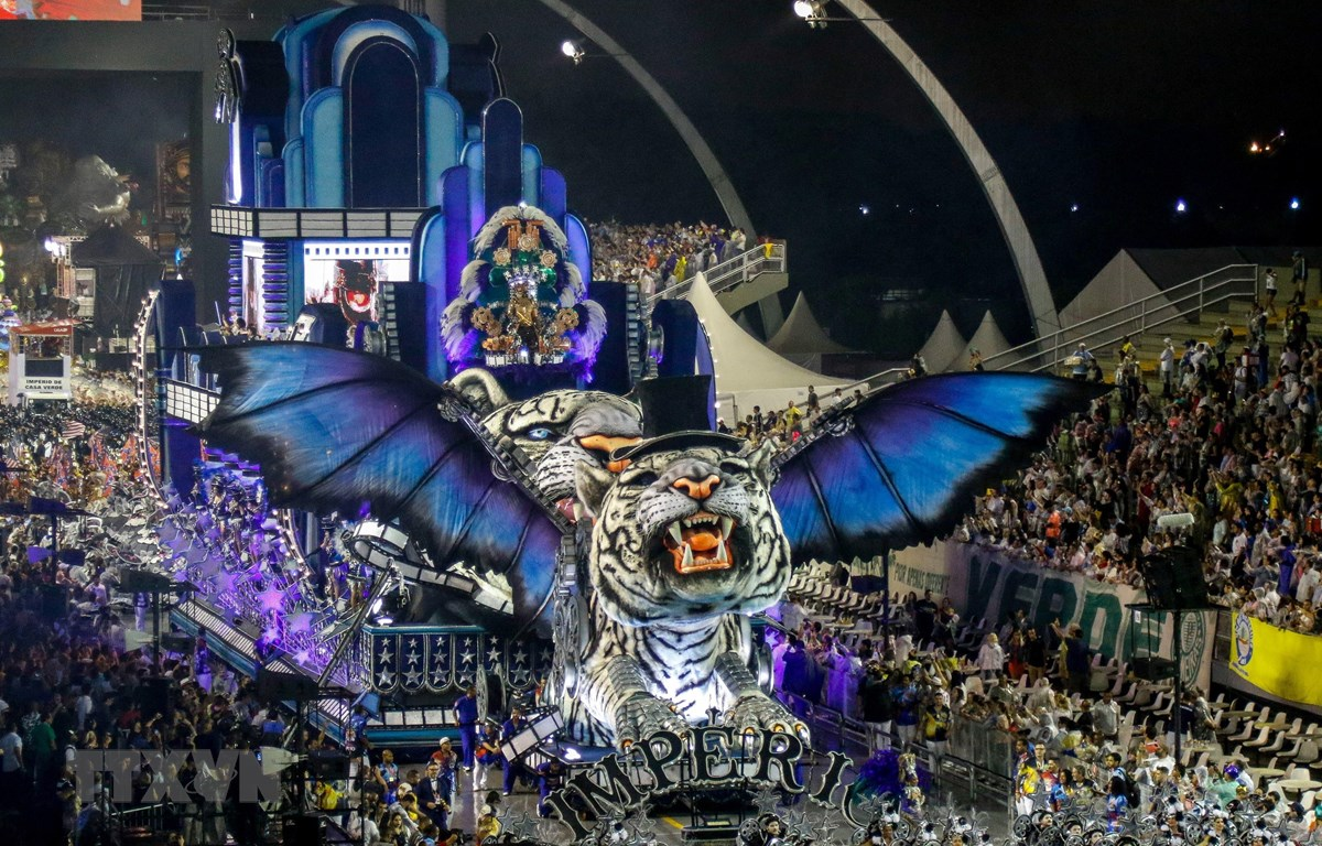 Những mô hình khổng lồ tham gia diễu hành tại lễ hội Carnival Rio de Janeiro ngày 1/3/2019. (Ảnh: AFP/TTXVN)
