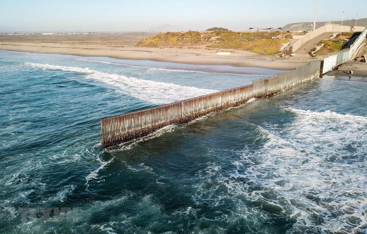 Bức tường ngăn cách biên giới Mỹ-Mexico tại Tijuana, Mexico, ngày 10/1/2019. (Ảnh: THX/ TTXVN)