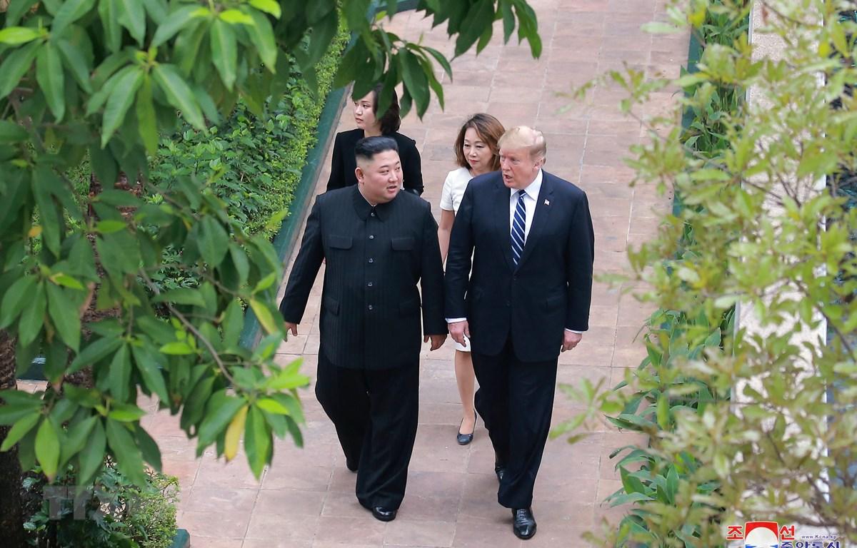 Tổng thống Mỹ Donald Trump (phải) và Chủ tịch Triều Tiên Kim Jong-un tại hội nghị thượng đỉnh Mỹ-Triều lần hai ở Hà Nội ngày 28/2/2019. (Ảnh: Yonhap/ TTXVN)