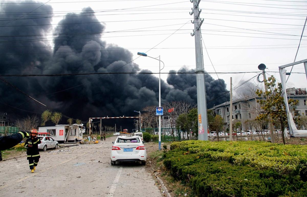 Khói bốc ngùn ngụt tại hiện trường vụ nổ nhà máy hóa chất ở thành phố Diêm Thành, tỉnh Giang Tô, Trung Quốc ngày 21/3/2019. (Ảnh: AFP/TTXVN)