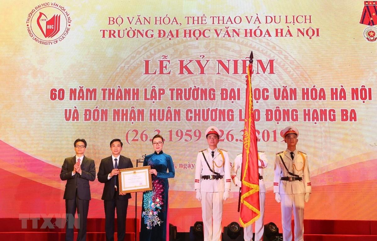 Phó thủ tướng Vũ Đức Đam trao Huân chương Lao động hạng Ba của Chủ tịch nước cho trường Đại học Văn hóa Hà Nội. (Ảnh: Thành Đạt/TTXVN)