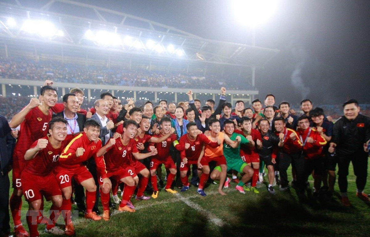 Các cầu thủ và ban huấn luyện U23 Việt Nam vui mừng sau trận đấu. (Ảnh: Trọng Đạt/TTXVN)