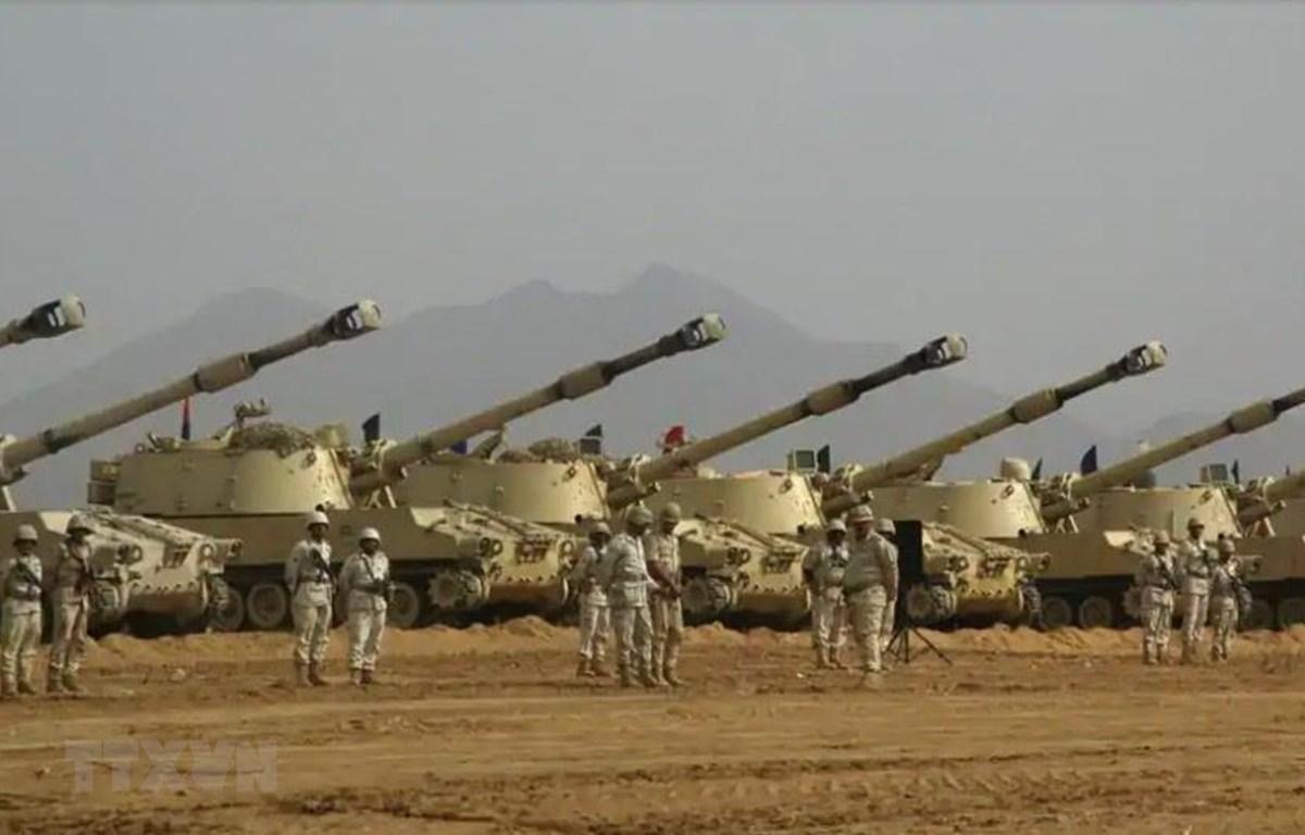 Binh sỹ Saudi Arabia và trang thiết bị quân sự chủ yếu nhập khẩu từ nước ngoài. (Ảnh: AFP/TTXVN)