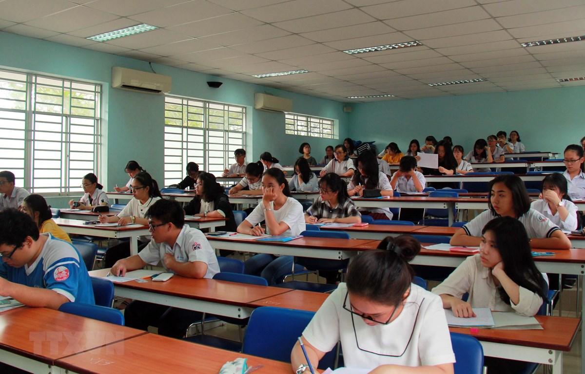 Thí sinh chuẩn bị thi đánh giá năng lực tại điểm thi Đại học Bách khoa, Đại học học Quốc gia Thành phố Hồ Chí Minh (Quận 10). (Ảnh: Thu Hoài/TTXVN)