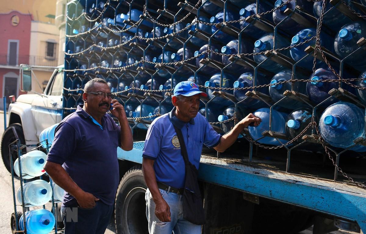 Phân phối nước tại Caracas,Venezuela ngày 27/3. (Ảnh: AFP/TTXVN)