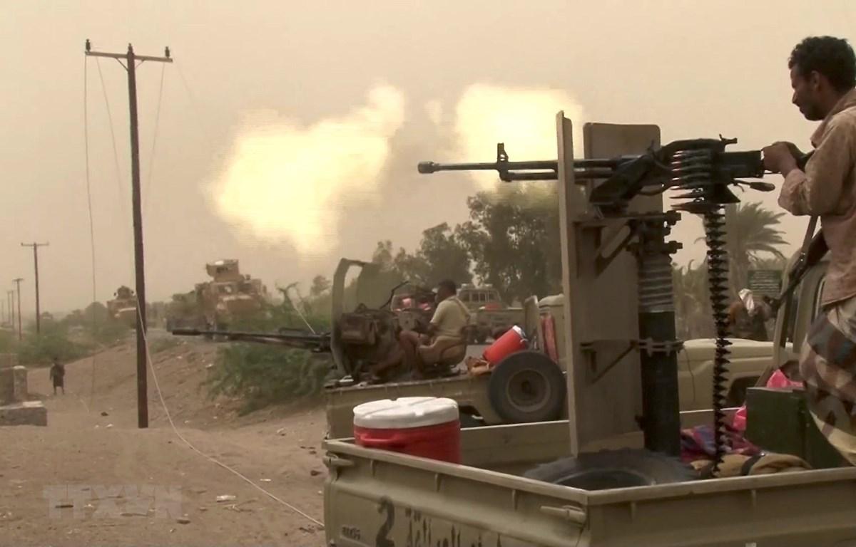 Lực lượng ủng hộ chính phủ Yemen giao tranh với phiến quân Houthi tại khu vực ngoại ô Hodeidah. (Ảnh: AFP/TTXVN)