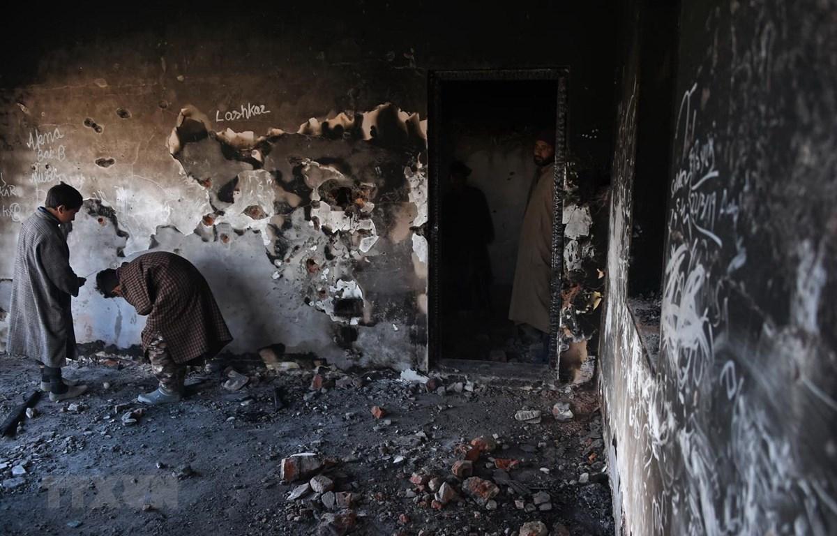 Hiện trường đổ nát sau cuộc đấu súng giữa lực lượng Chính phủ Ấn Độ và phiến quân tại khu vực Hajin, Bandipora, Kashmir, ngày 22/3/2019. (Ảnh: AFP/TTXVN)