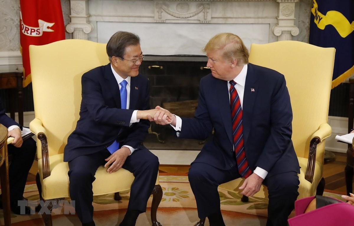 Tổng thống Mỹ Donald Trump (phải) hội đàm với người đồng cấp Hàn Quốc Moon Jae-in tại Washington DC., ngày 11/4/2019. (Ảnh: YONHAP/TTXVN)