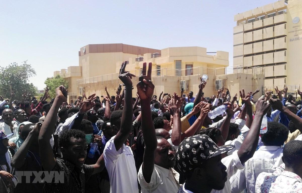 Người biểu tình Sudan tập trung bên ngoài trụ sở Bộ Quốc phòng ở thủ đô Khartoum ngày 7/4/2019. (Ảnh: AFP/TTXVN)