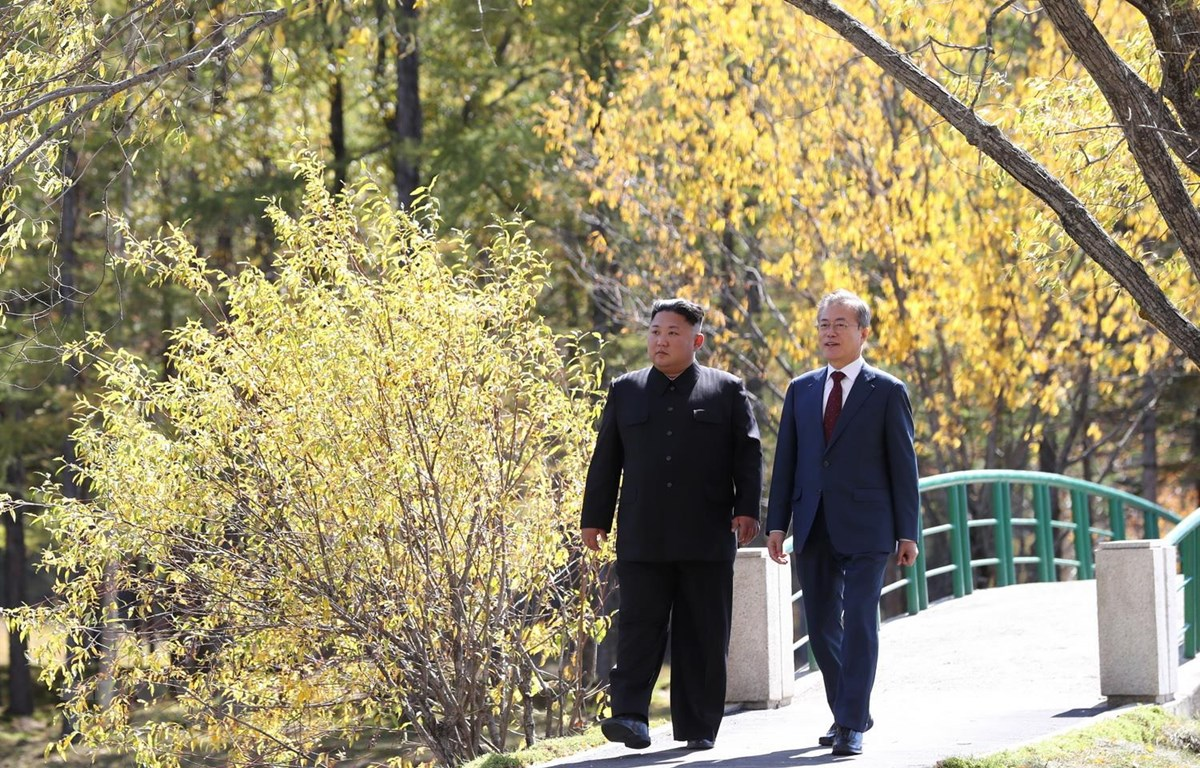Nhà lãnh đạo Triều Tiên Kim Jong-un (trái) và Tổng thống Hàn Quốc Moon Jae-in trong chuyến thăm nhà khách Samjiyon, gần núi Paektu ngày 20/9/2018. (Ảnh: AFP/TTXVN)
