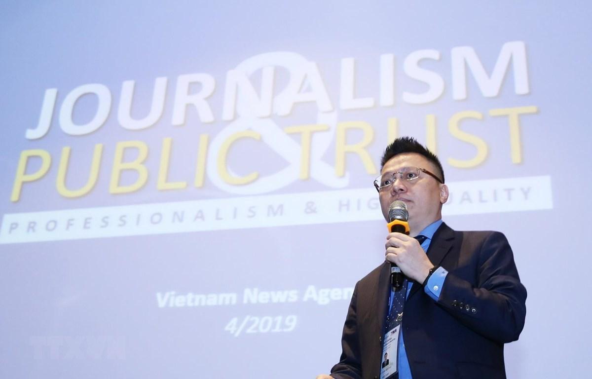 Phó Tổng giám đốc TTXVN Lê Quốc Minh trình bày tham luận: ''Giành lại niềm tin cho các dòng thông tin chủ lưu, báo chí chính thống''. (Ảnh: Lâm Khánh/TTXVN)