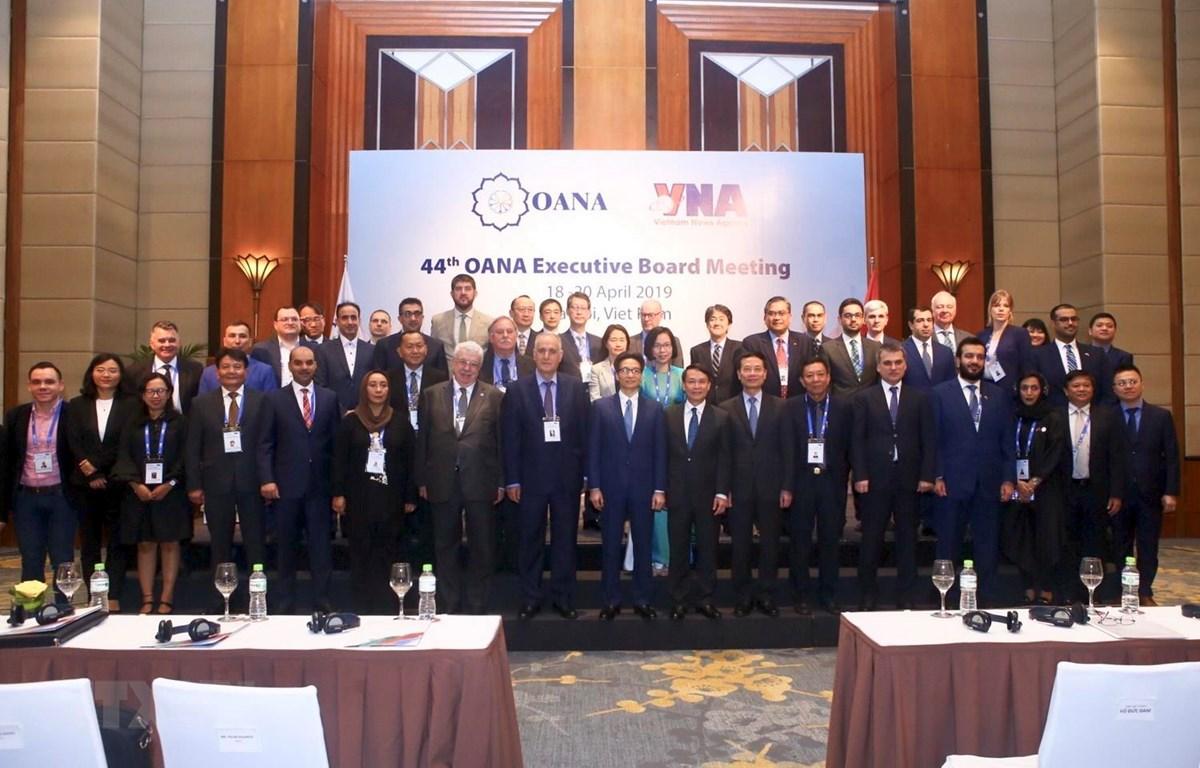Phó Thủ tướng Vũ Đức Đam chụp ảnh chung với các đại biểu tham dự hội nghị. (Ảnh: Minh Quyết/ TTXVN)