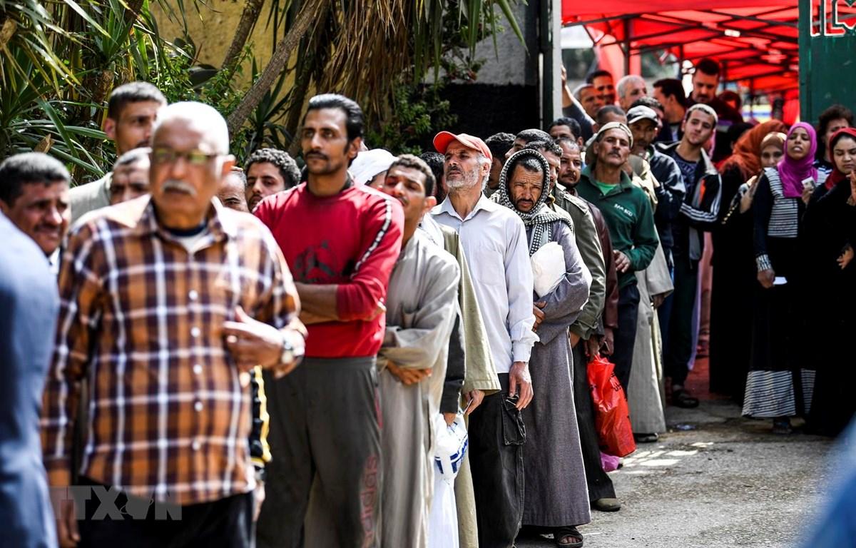 Cử tri Ai Cập xếp hàng chờ bỏ phiếu tại một điểm bầu cử ở Cairo ngày 20/4. (Ảnh: AFP/TTXVN)