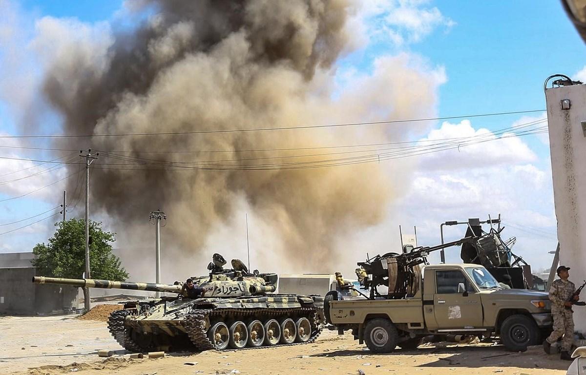Lực lượng ủng hộ Chính phủ Libya giao tranh với các tay súng Quân đội Quốc gia Libya tự xưng (LNA) ở ngoại ô thủ đô Tripoli ngày 12/4. (Ảnh: AFP/TTXVN)