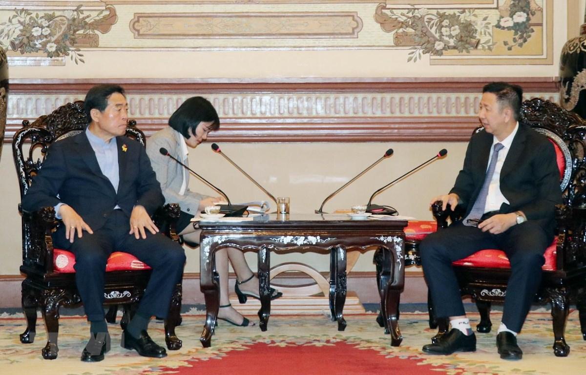 Ông Phạm Đức Hải, Phó Chủ tịch Hội đồng Nhân dân Thành phố Hồ Chí Minh tiếp ông Yoon Wha-sub, Thị trưởng thành phố Ansan (tỉnh Gyeonggi, Hàn Quốc). (Ảnh: Tiến Lực/TTXVN)