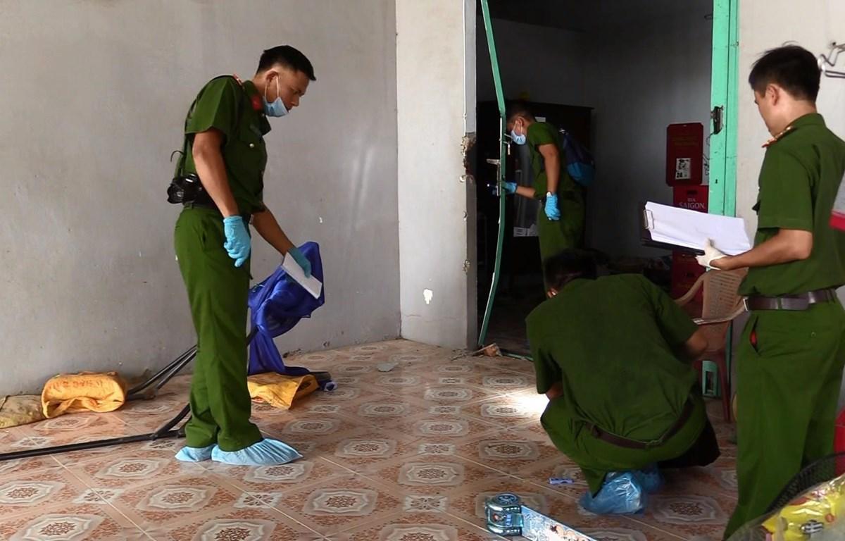 Các đơn vị nghiệp vụ thu thập chứng cứ, điều tra vụ án. (Ảnh: Nguyễn Văn Việt/TTXVN)