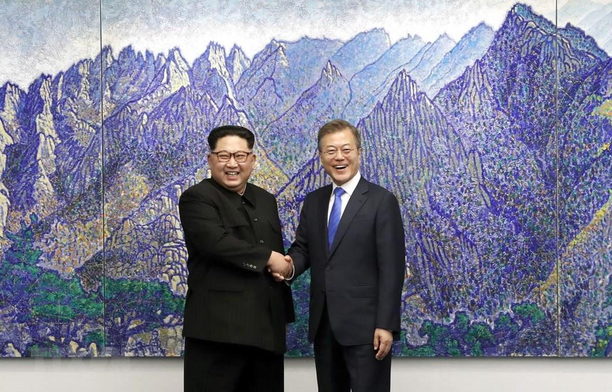 Tổng thống Hàn Quốc Moon Jae-in (phải) trong cuộc gặp thượng đỉnh lịch sử với Nhà lãnh đạo Triều Tiên Kim Jong-un tại Panmunjom ngày 27/4/2018. (Ảnh: Yonhap/TTXVN)