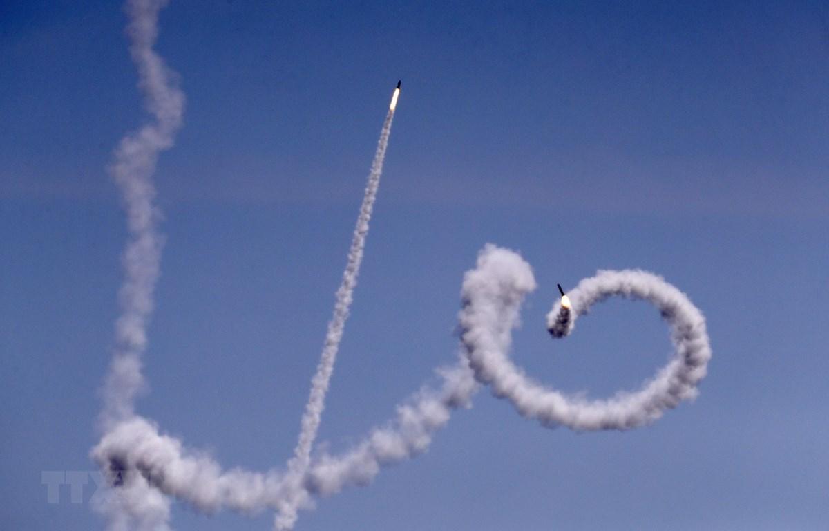 Rocket được bắn từ Dải Gaza sang lãnh thổ Israel ngày 4/5. (Ảnh: AFP/TTXVN)