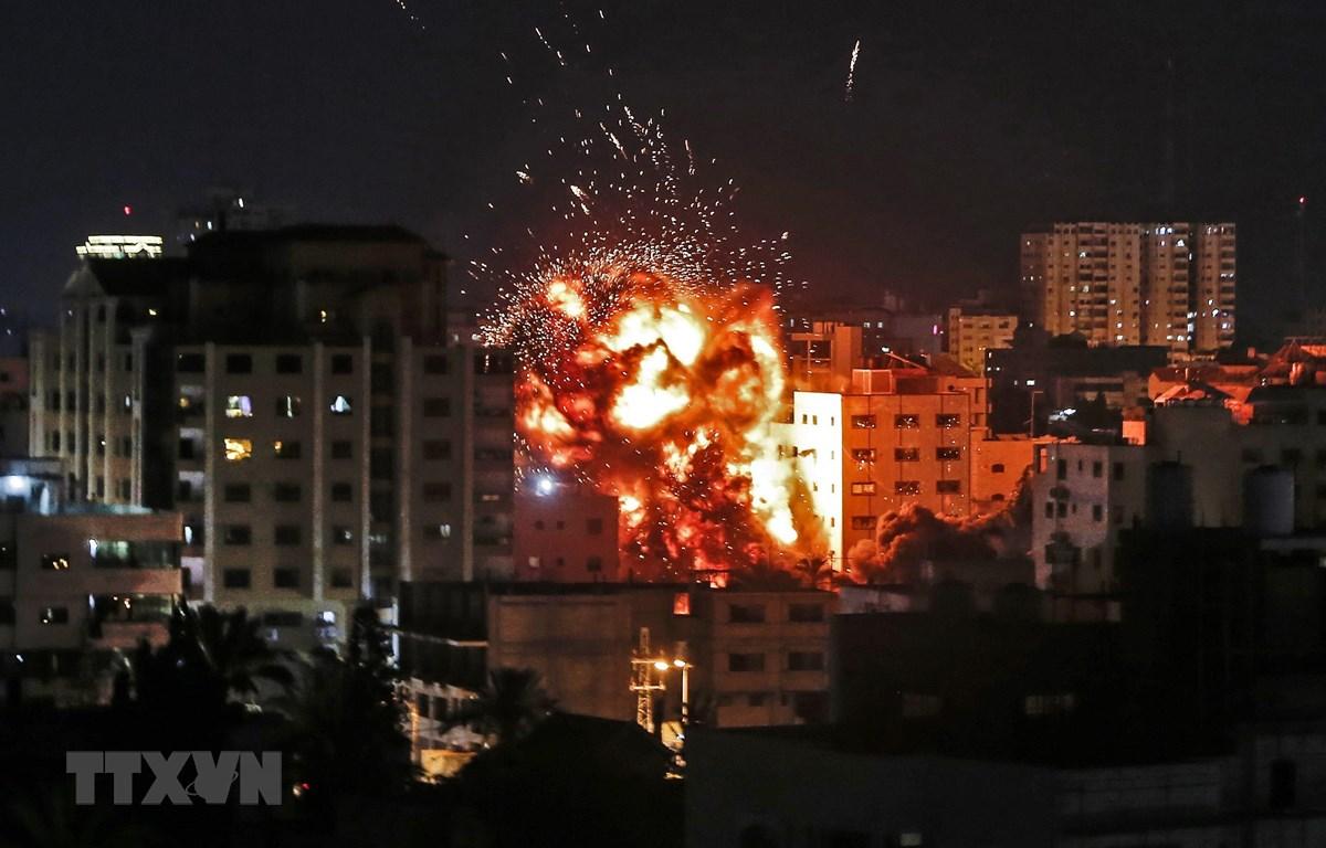 Một tòa nhà bị cháy trong vụ không kích của Israel vào Dải Gaza ngày 4/5. (Ảnh: AFP/TTXVN)