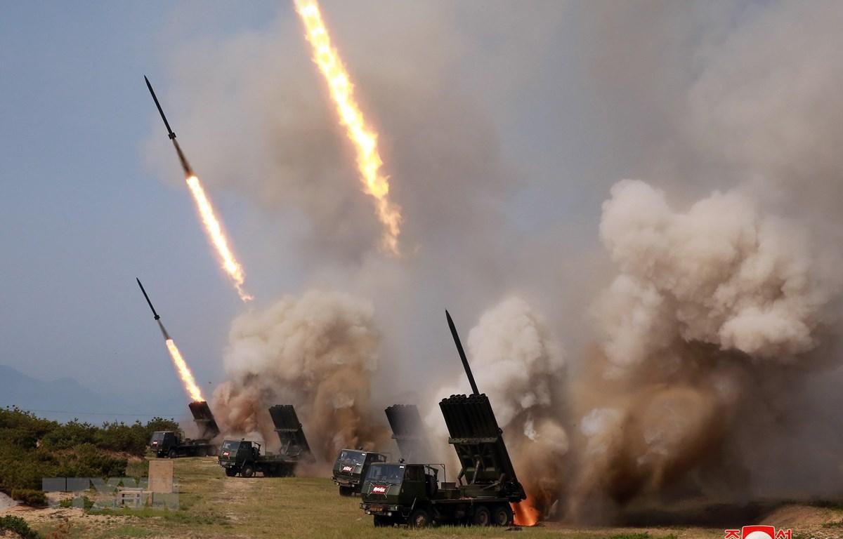 Triều Tiên tiến hành thử vũ khí dẫn đường chiến thuật mới và nhiều giàn phóng rocket mới ngày 4/5. (Ảnh: Yonhap/TTXVN)