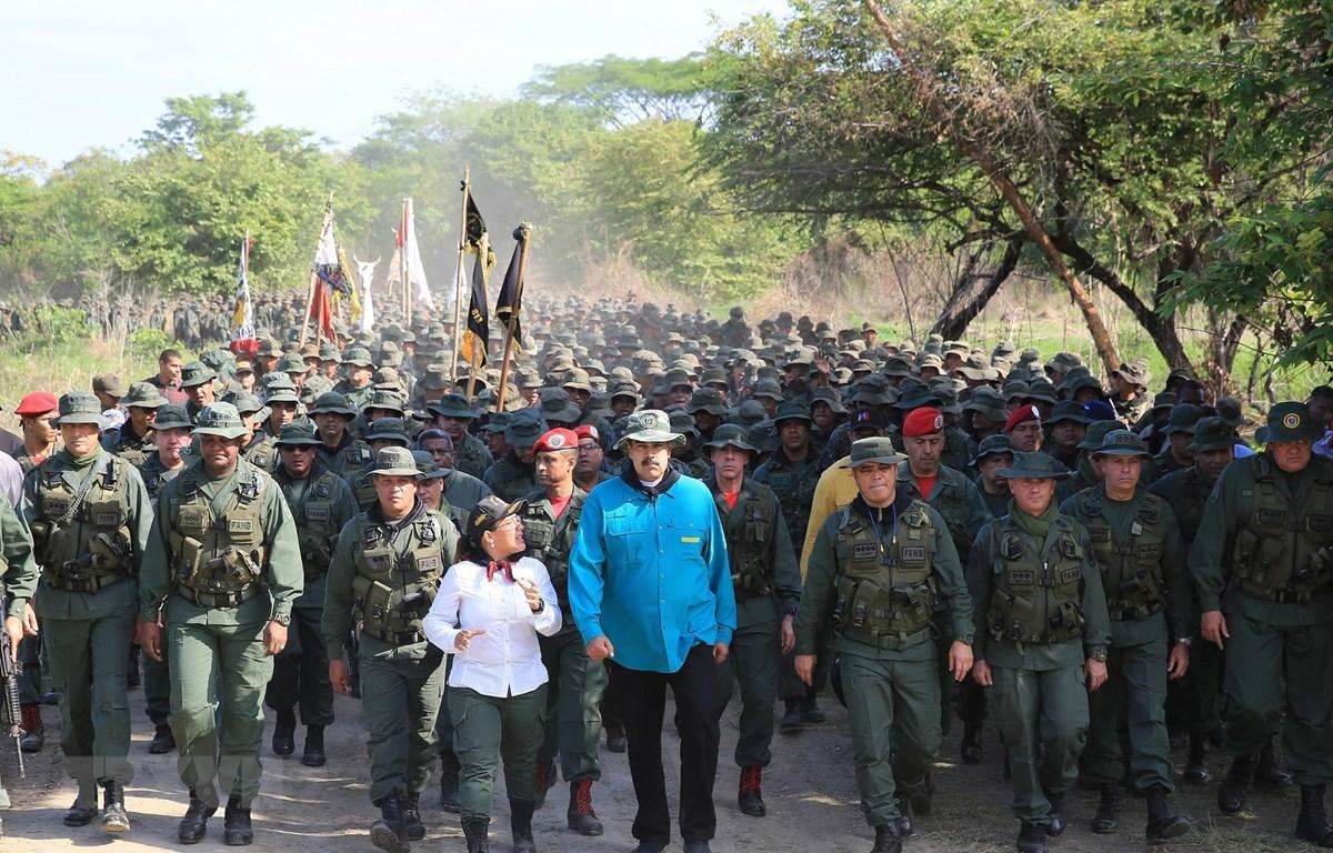 Tổng thống Nicolas Maduro (giữa) trong chuyến thị sát cuộc diễn tập của Lực lượng vũ trang quốc gia Bolivar (FANB) tại thành phố El Pao, Venezuela, ngày 4/5. (Ảnh: AFP/TTXVN)