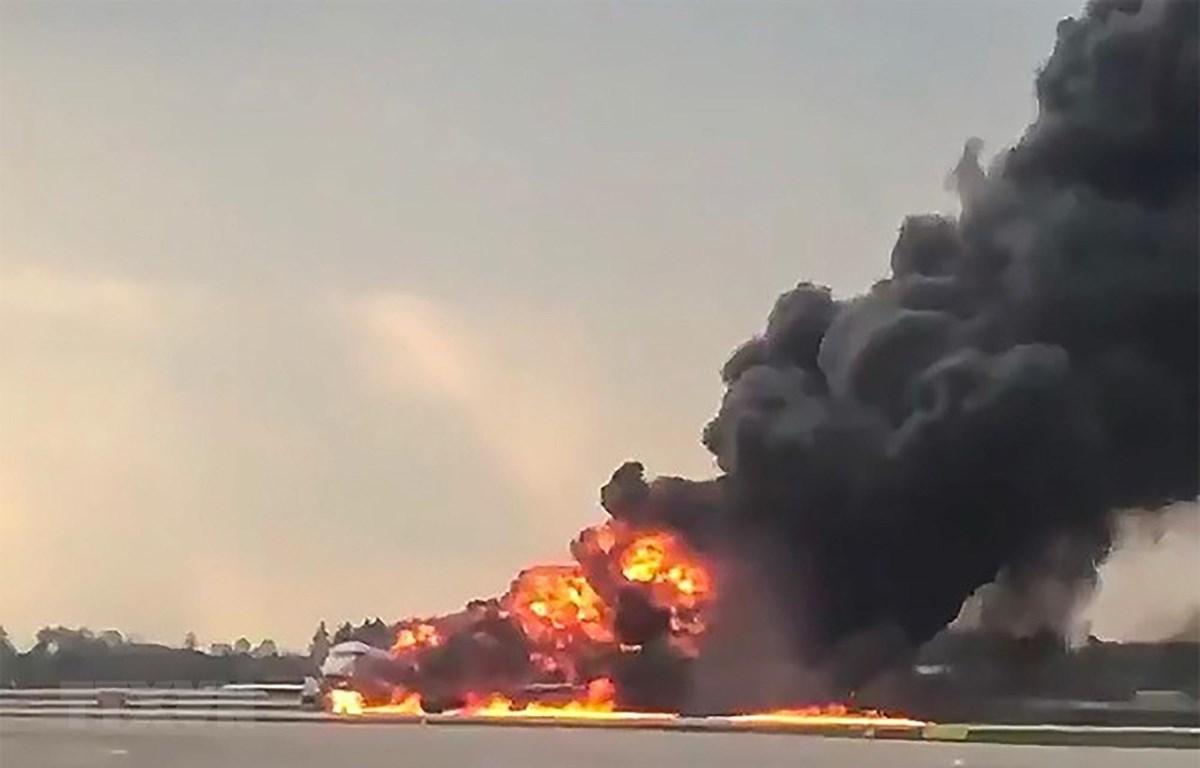 Máy bay chở khách bốc cháy dữ dội tại sân bay Sheremetyevo, Nga ngày 5/5/2019. (Ảnh: AFP/TTXVN)