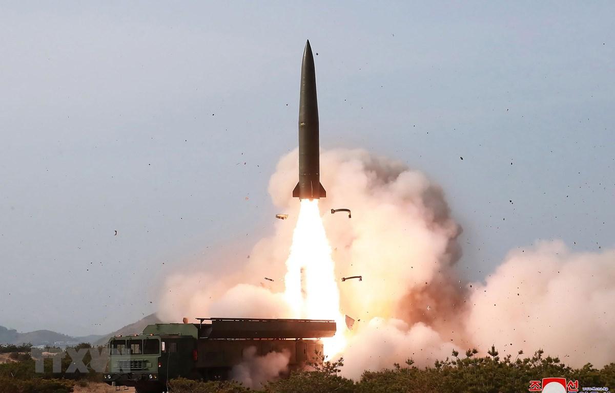 Ảnh do Hãng thông tấn Trung ương Triều Tiên đăng phát ngày 5/5: Một vụ phóng thử vũ khí chiến thuật của Triều Tiên tại địa điểm không xác định. (Ảnh: AFPTTXVN)