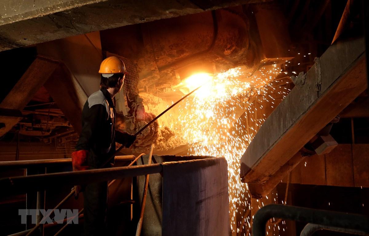 Công nhân làm việc tại nhà máy sản xuất thép ở thành phố Yazd, Iran. (Ảnh: AFP/TTXVN)