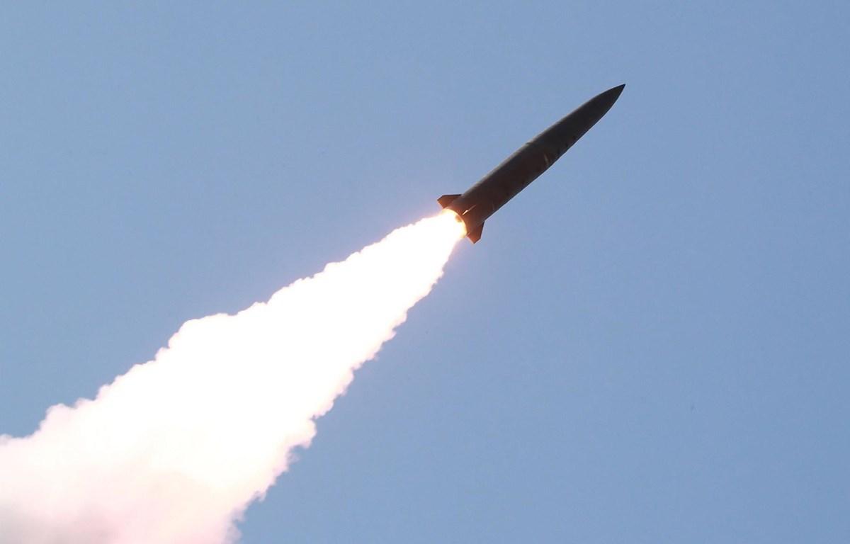 Ảnh do Hãng thông tấn Trung ương Triều Tiên đăng phát: Các vật thể bay rời khỏi bệ phóng rocket trong cuộc diễn tập của các đơn vị phòng vệ Quân đội Nhân dân Triều Tiên ở phía Tây nước này, ngày 9/5/2019. (Ảnh: AFP/TTXVN)