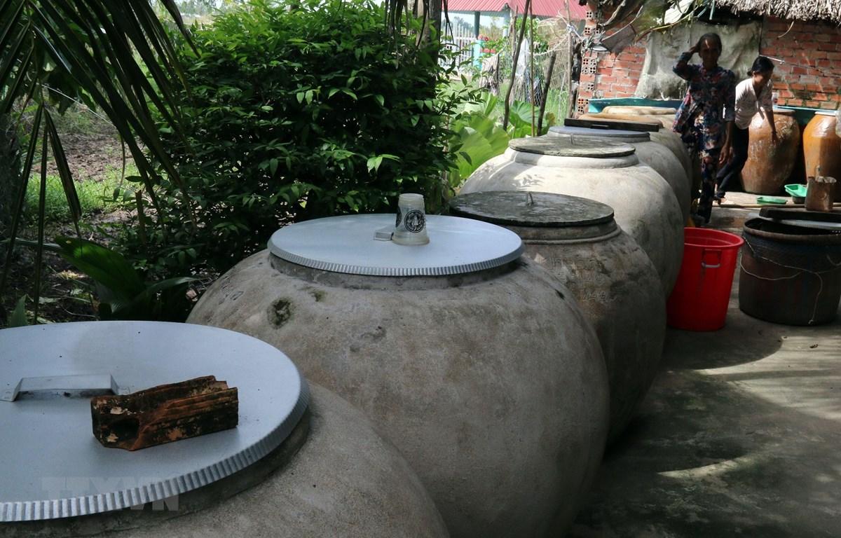 Nhiều hộ dân ngụ ấp Trung Xinh, xã Đông Thái phải mua nhiều lu chứa nước nhưng vẫn thiếu nước sinh hoạt trong mùa khô. (Ảnh: Lê Sen/TTXVN)