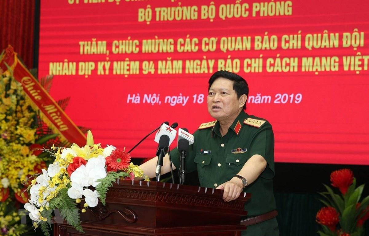 Đại tướng Ngô Xuân Lịch chúc mừng các cơ quan báo chí quân đội nhân kỷ niệm 94 năm Ngày Báo chí cách mạng Việt Nam. (Ảnh: Dương Giang/TTXVN)