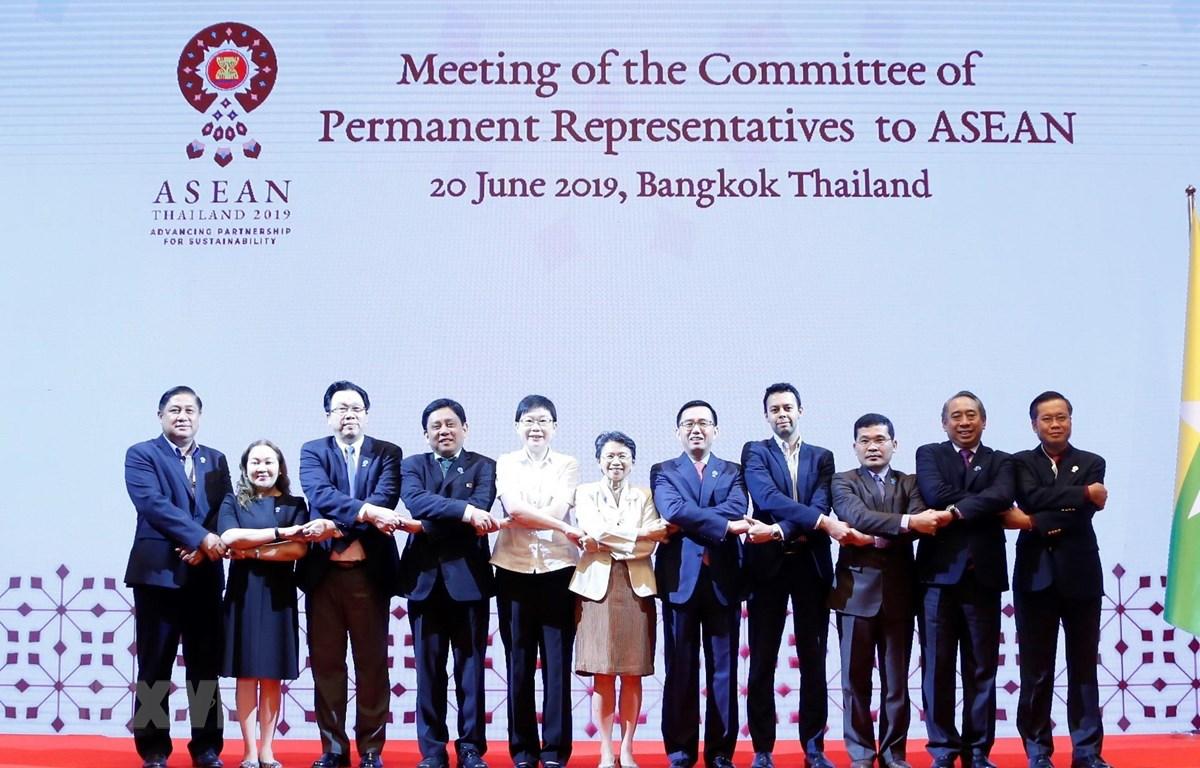 Đại diện thường trực các nước ASEAN chụp ảnh chung. (Ảnh: TTXVN phát)