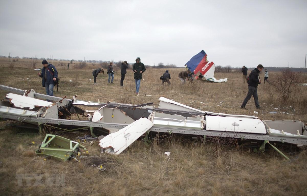 Hiện trường vụ rơi máy bay MH17 gần làng Hrabove, khu vực Donetsk, Ukraine, ngày 11/11/2014. (Ảnh: AFP/TTXVN)