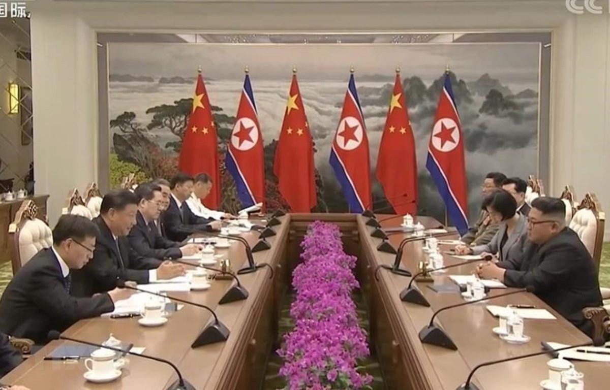 (Ảnh chụp từ đài truyền hình CCTV của Trung Quốc): Nhà lãnh đạo Triều Tiên Kim Jong-un (phải) trong cuộc hội đàm với Chủ tịch Trung Quốc Tập Cận Bình (thứ 2, trái) tại Bình Nhưỡng, ngày 20/6/2019. (Ảnh: Yonhap/TTXVN)