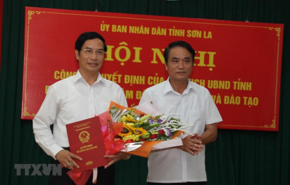 Ông Lê Hồng Minh, Phó Chủ tịch Ủy ban Nhân dân tỉnh Sơn La (bên phải) trao Quyết định bổ nhiểm Phó Giám đốc Phụ trách Sở Giáo dục và Đào tạo cho ông Nguyễn Huy Hoàng. (Ảnh: Hữu Quyết/TTXVN)
